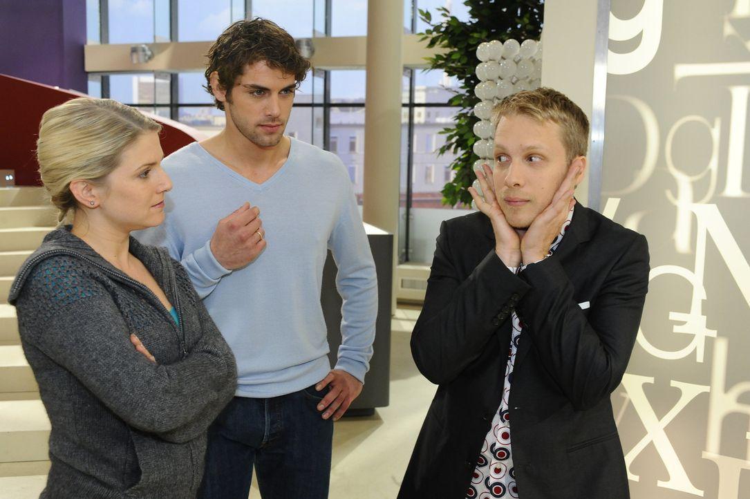 Ein Beautyvertreter (Oliver Pocher, r.) möchte Anna (Jeanette Biedermann, l.) und Jonas (Roy Peter Link, M.) seine neue Babypflege Produktserie nam... - Bildquelle: SAT.1