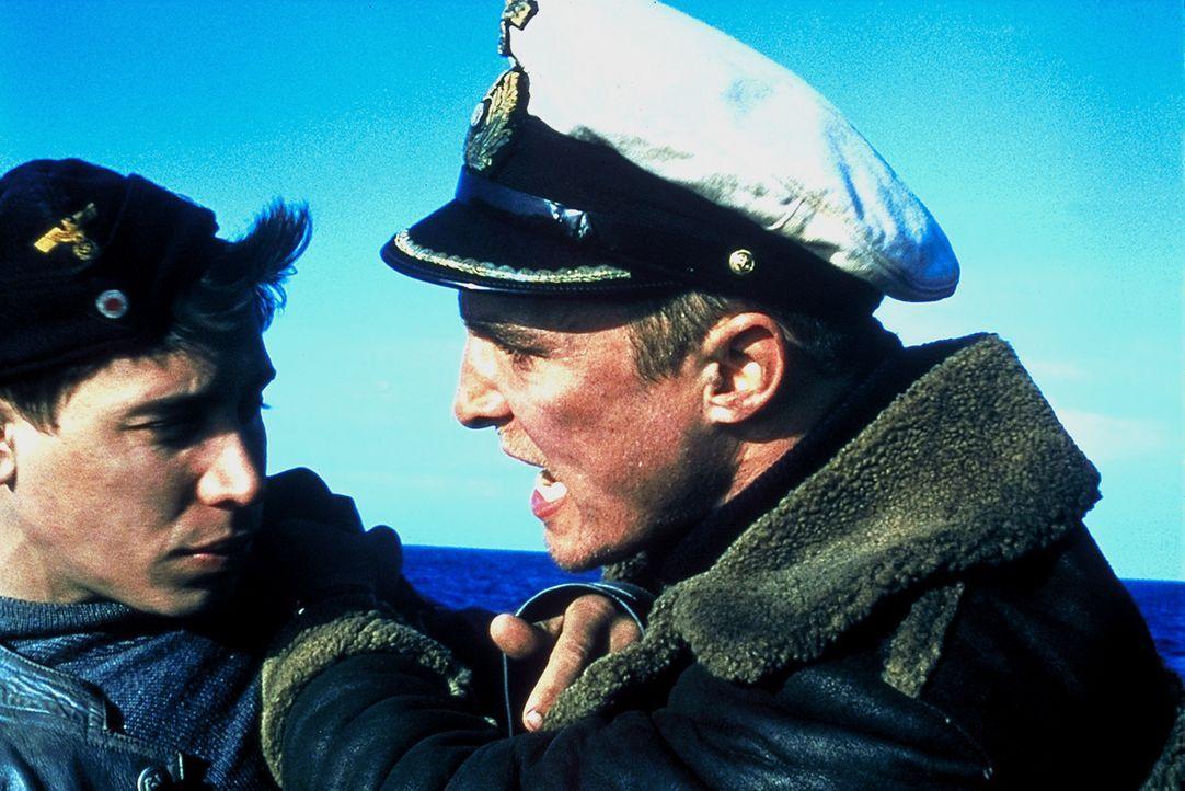 """Die Nerven liegen blank, denn kaum gelingt es den Männern, an Bord der U-571 zu kommen und die """"Enigma"""" in ihre Gewalt zu bringen, wird ihr eigenes... - Bildquelle: 2000 Universal Pictures. All Rights Reserved"""