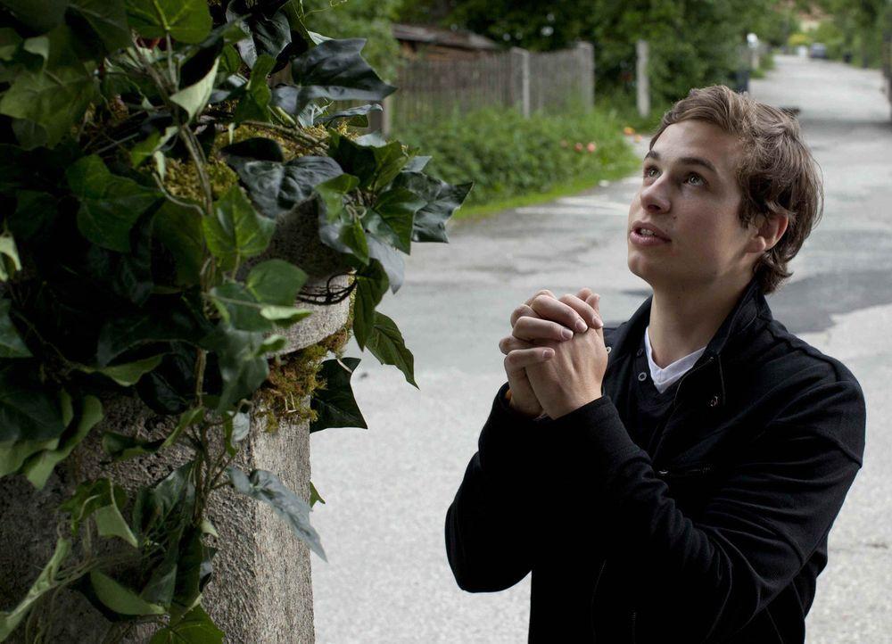Laurin (Emil Reinke) hält seine sexsüchtige Mutter für die wandelnde Todsünde. Schlimmer noch: Er hält Sex für etwas durch und durch Schlechte... - Bildquelle: SAT.1