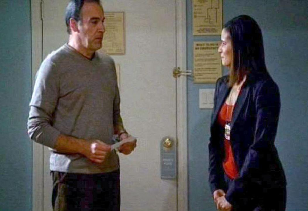 Special Agent Jason Gideon (Mandy Patinkin, l.) und Maggie Callahan (Dahlia Salem, r.) analysieren das Vorgehen des Serienvergewaltigers ... - Bildquelle: Touchstone Television