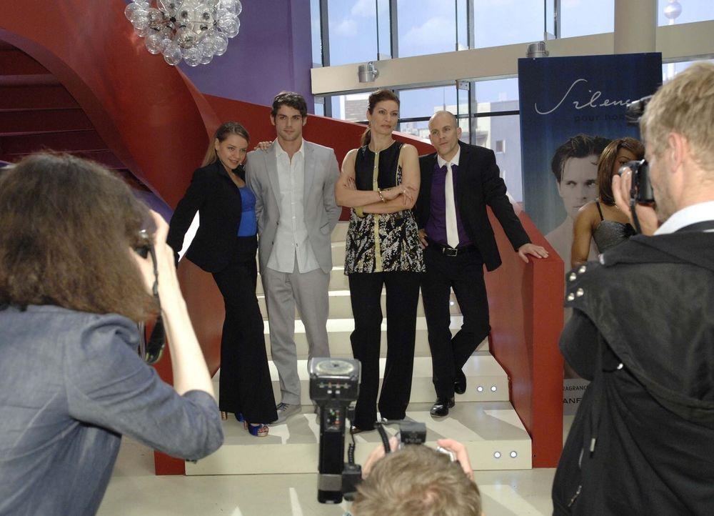 Bei einem offiziellen Fotoshooting demonstrieren die Brodas vermeintliche Einheit: (v.l.n.r.): Katja (Karolina Lodyga), Jonas (Roy Peter Link), Nata... - Bildquelle: Sat.1