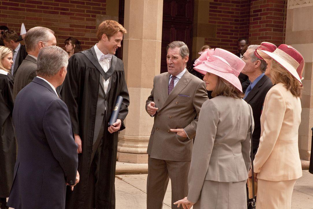 Prinz Charles (Ben Cross, 4.v.r.) gratuliert seinem Sohn (Nico Evers-Swindell, 3.v.l.) zum bestandenen Uni-Abschluss. - Bildquelle: The Königsberg Company