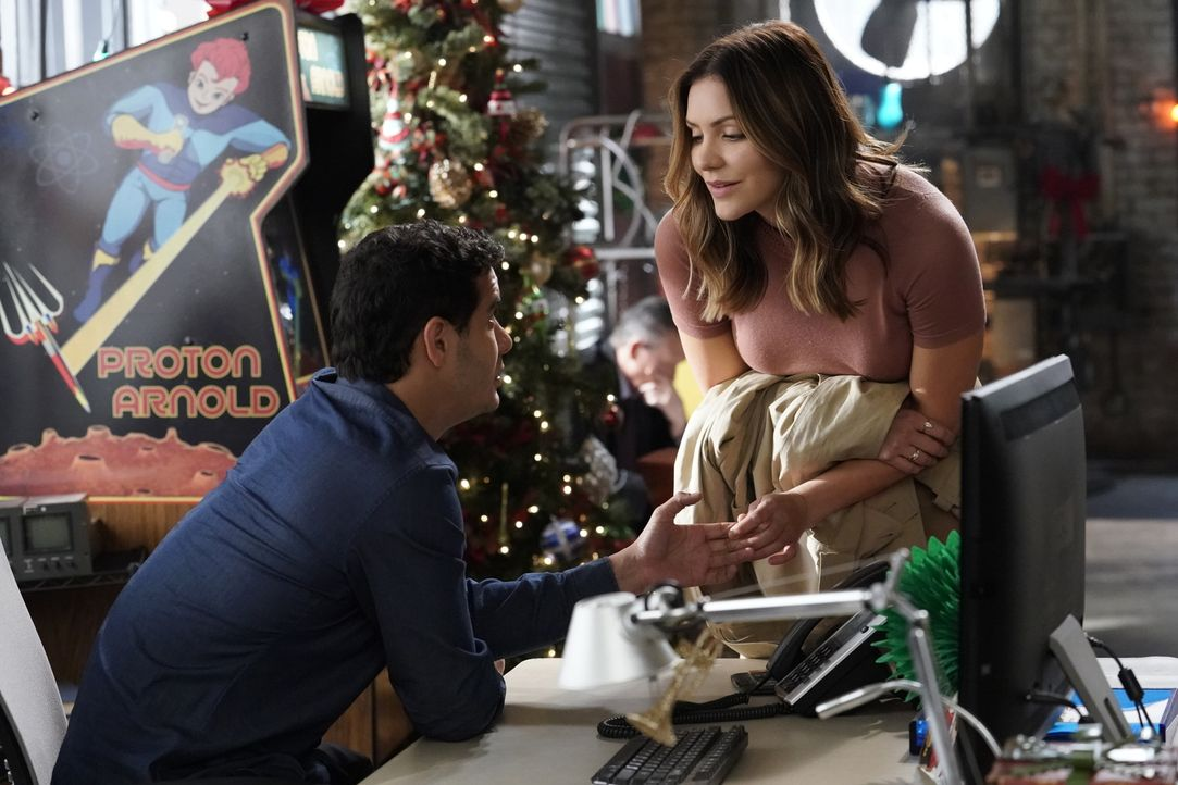 Als sich Walter (Elyes Gabel, l.) dazu entschließt, Weihnachten nicht mit Paige (Katharine McPhee, r.) verbringen zu wollen, weil er arbeiten will,... - Bildquelle: Bill Inoshita 2017 CBS Broadcasting, Inc. All Rights Reserved.