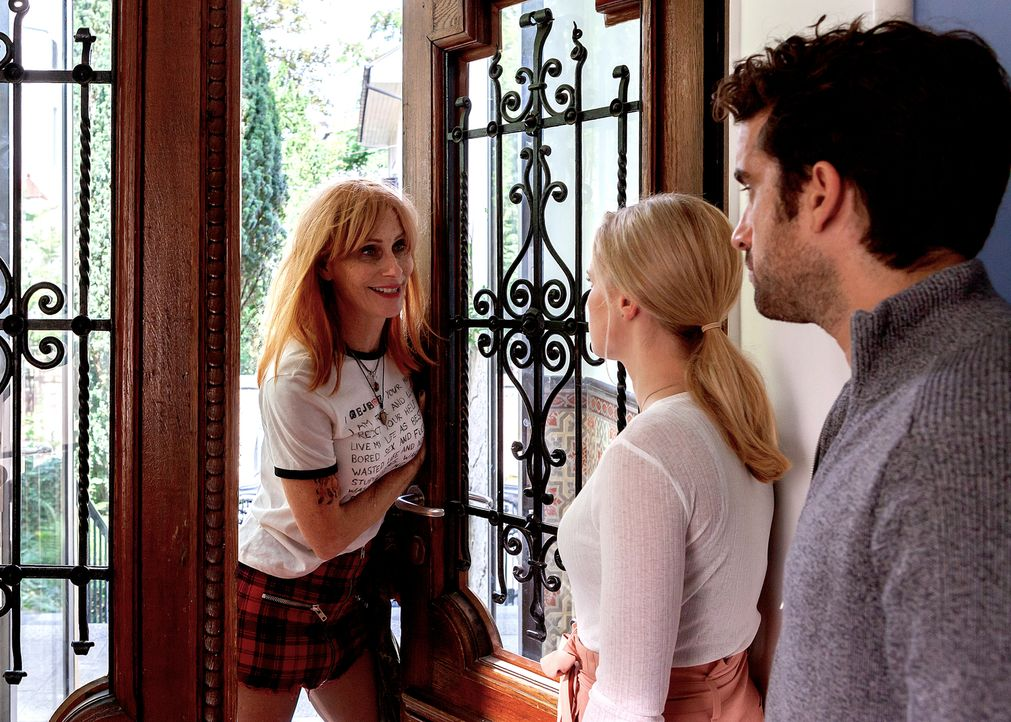 Ist es wirklich eine gute Idee, dass die chaotische Lola (Andrea Sawatzki, l.) bei ihrer Tochter Marie (Jennifer Ulrich, M.) und deren Ehemann Benny... - Bildquelle: Daniel Schmid SAT.1/Daniel Schmid