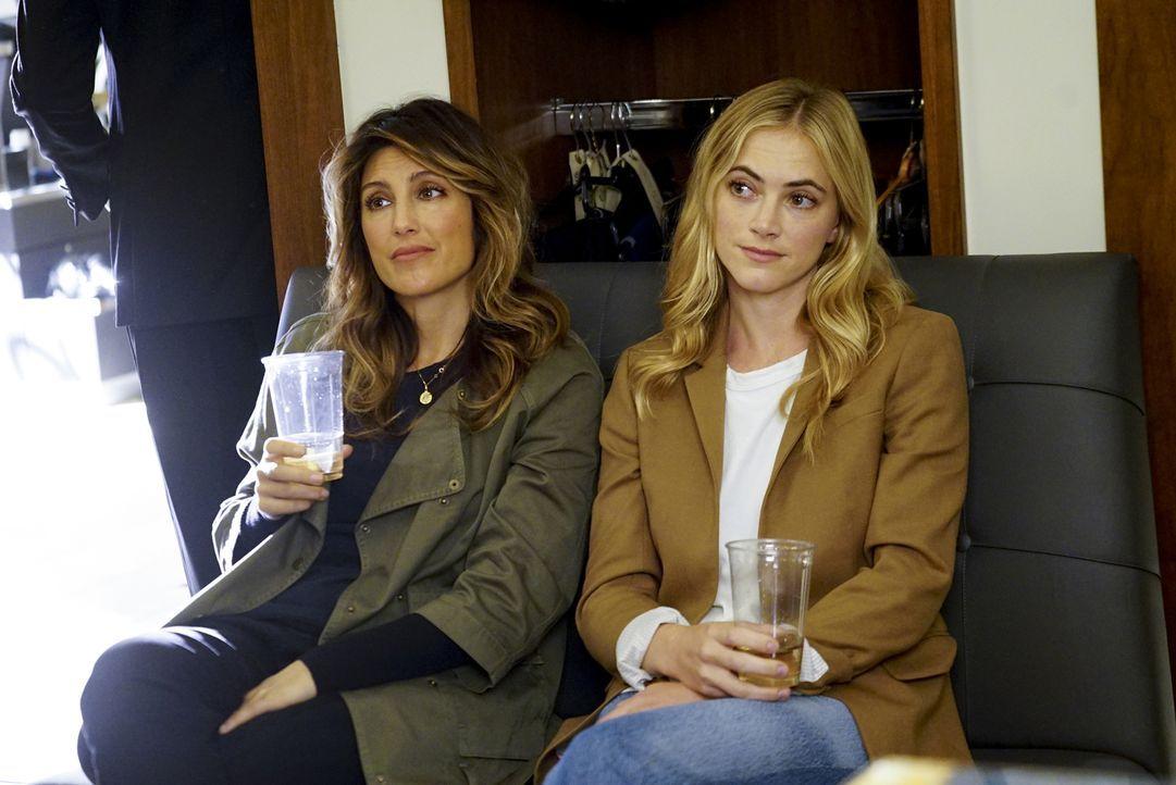 Weibliche Hilfestellung muss her. Quinn (Jennifer Esposito, l.) und Bishop (Emily Wickersham, r.) helfen McGee dabei, den richtigen Anzug auszuwähle... - Bildquelle: 2017 CBS Broadcasting, Inc. All Rights Reserved.