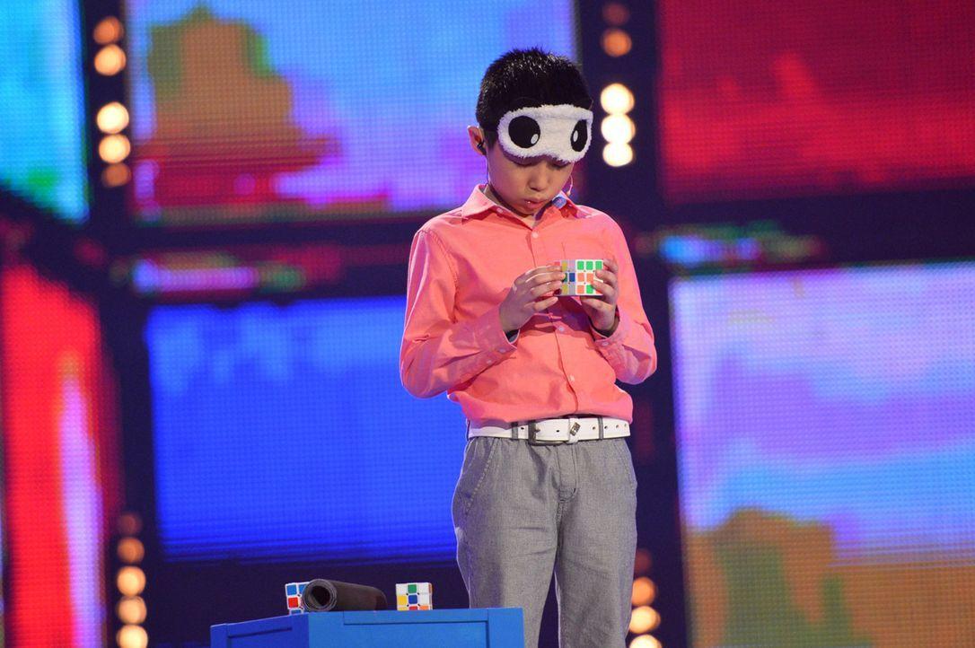Zauberwürfel hat jeder schon einmal gelöst. Aber wenn Jianyu Que dies tut, ist es außergewöhnlich ... - Bildquelle: Willi Weber SAT.1