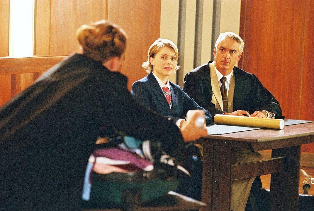 Vor Gericht treffen Biene (Isabel Tuengerthal, M.) und Felix (Christoph M. Ohrt, r.) auf Heike Wachs (Susanne Schäfer, l.), die Anwältin der Versi... - Bildquelle: Hardy Spitz Sat.1