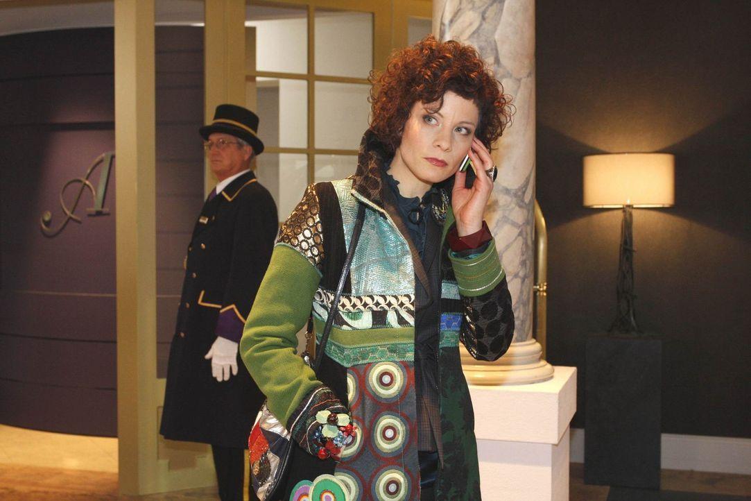 Emily Körner (Anna Schäfer) leidet sehr unter dem ständigen Telefonterror. - Bildquelle: SAT.1