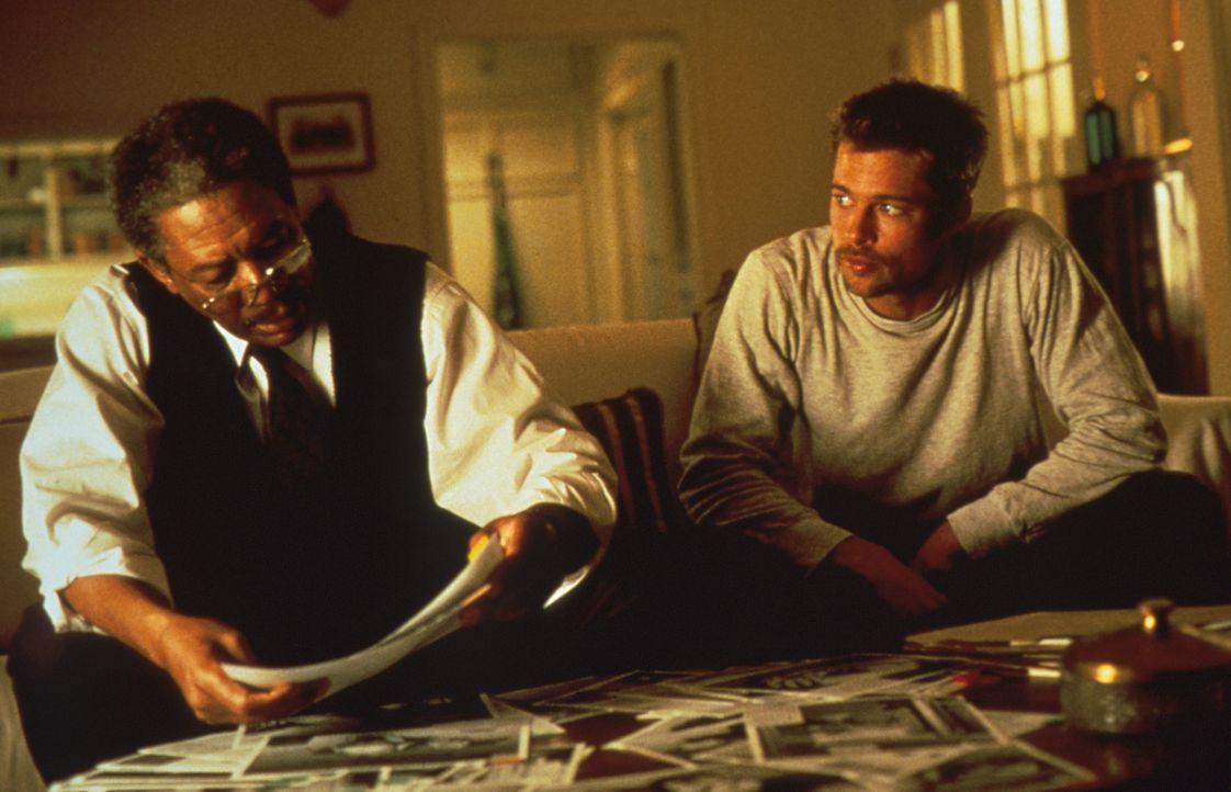 Obwohl der Mörder die beiden Detectives Somerset (Morgan Freeman, l.) und Mills (Brad Pitt, r.) immer näher an sich heranlässt, müssen sie hilflos m... - Bildquelle: Constantin Film