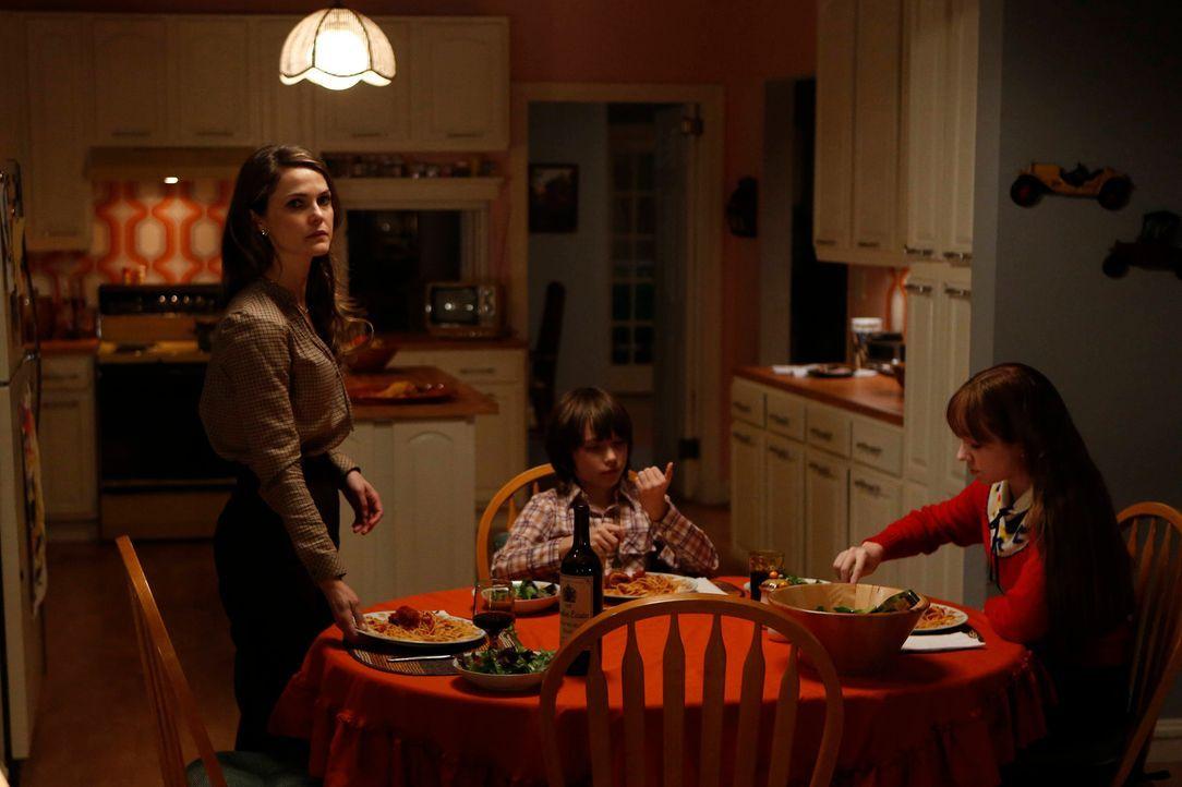 Für Elizabeth (Keri Russell, l.) wird es immer schwerer, den Unmut ihrer Kinder Paige (Holly Taylor, r.) und Henry (Keidrich Sellati, M.) zu ertrage... - Bildquelle: Motion Picture   2013 Twentieth Century Fox Film Corporation and Bluebush Productions, LLC. All rights reserved.
