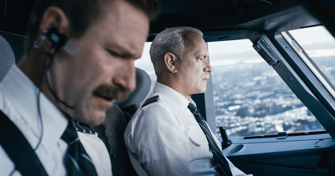Jeff Skiles (Aaron Eckhart, l.); Chesley 'Sully' Sullenberger (Tom Hanks, r.) - Bildquelle: Warner Bros.