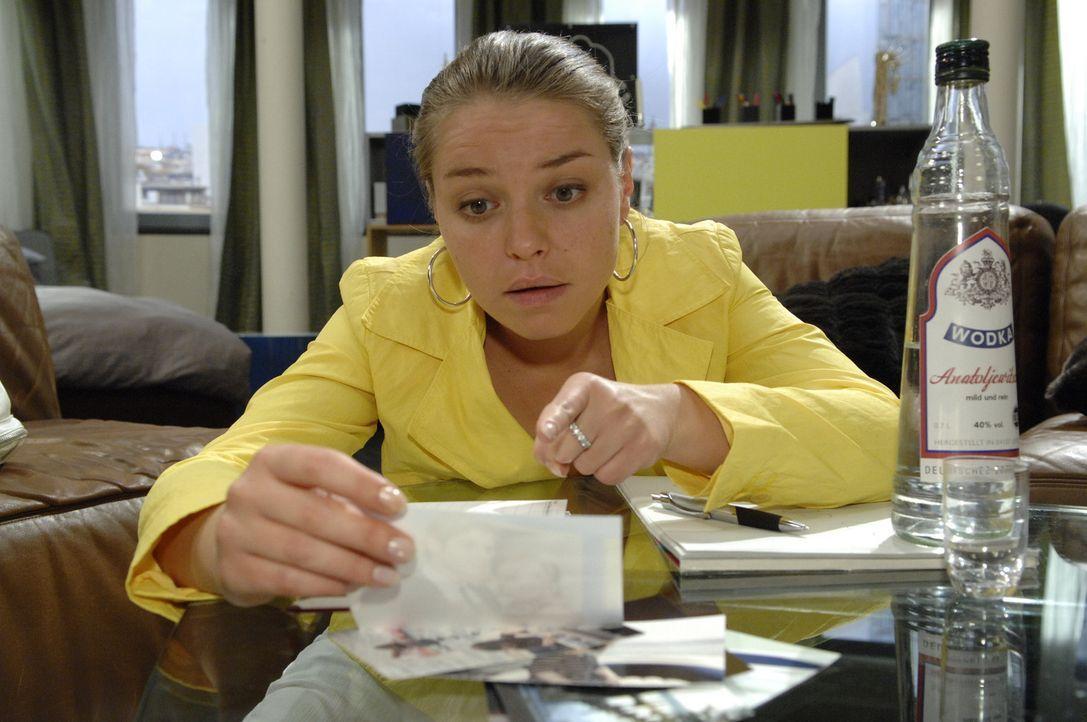 """Katja (Karolina Lodyga) ertränkt ihren Kummer in Alkohol und verfasst einen """"Abschiedsbrief"""" ... - Bildquelle: Sat.1"""