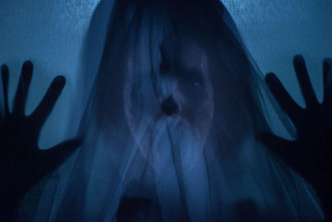 """""""Die Frau in Schwarz (Leanne Best) kommt immer wieder, hat niemals verziehen - der Frau in Schwarz kann keiner entfliehen"""" ... - Bildquelle: Nick Wall Angelfish Films Limited 2014 Photo / Nick Wall"""