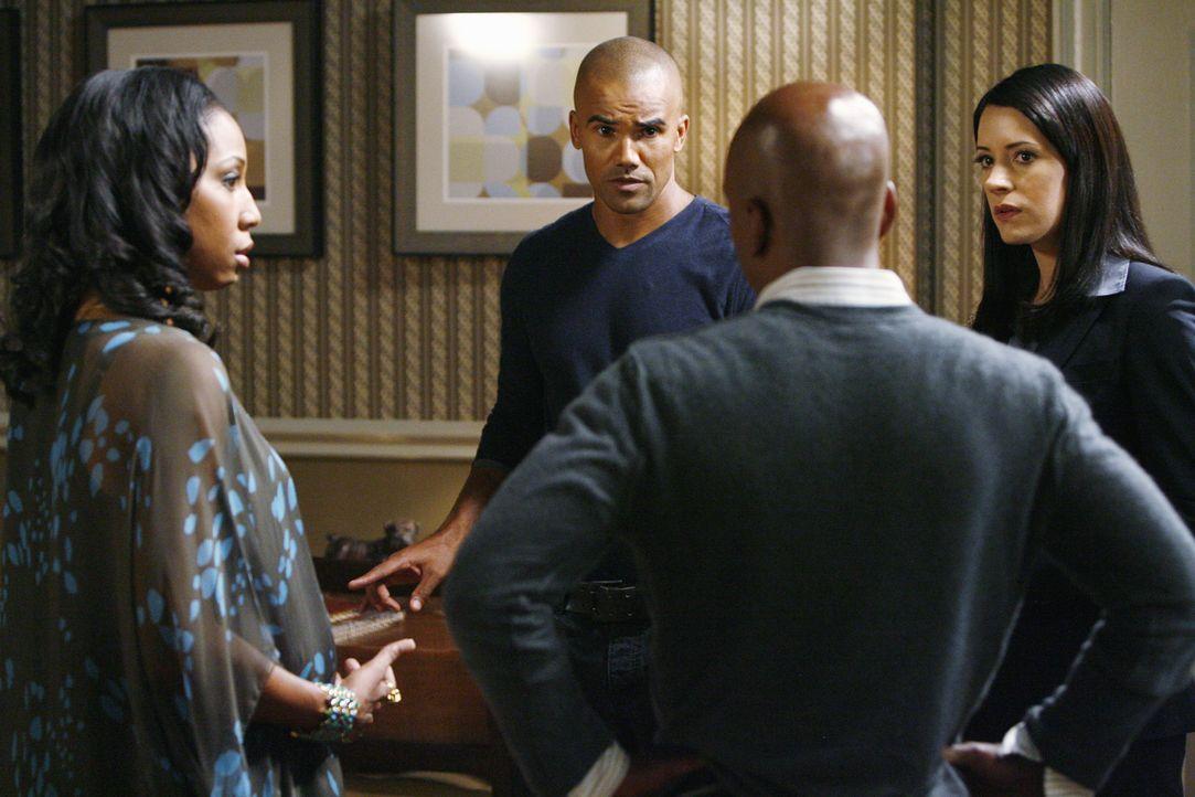 Mit Prentiss (Paget Brewster, r.) findet Morgan (Shemar Moore, 2.v.l.) im Stadthaus von Karen (Sharon Brathwaite-Sanders, l.) und Dan (Jo D. Jonz, 2... - Bildquelle: Touchstone Television