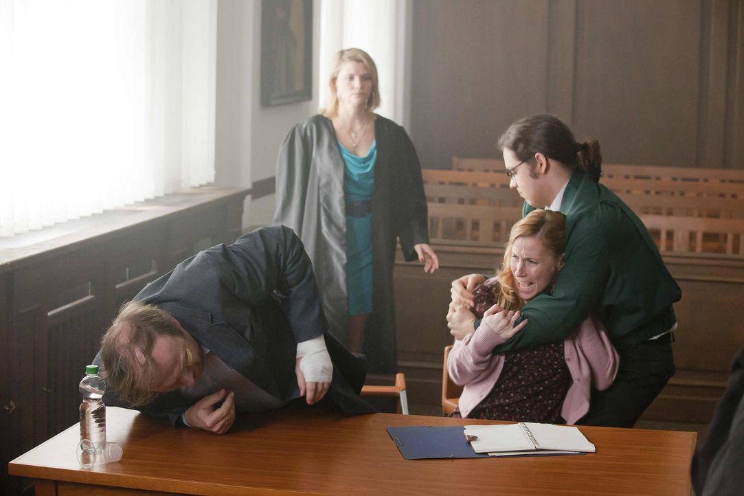 Ein neuer Fall: In der Passage verletzt sich Herr Schöller (Stephan Grossmann, l.), der mit Frau und Kind dort beim einkaufen ist. Eine Zeugin sagt... - Bildquelle: SAT.1