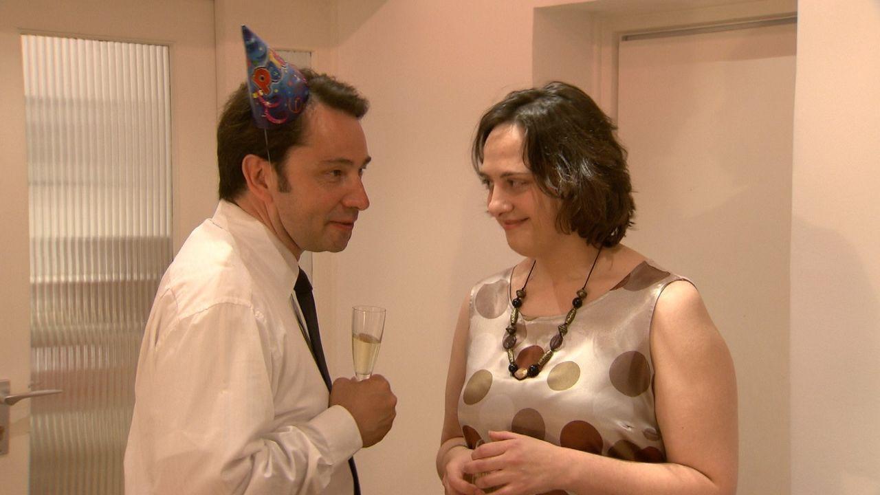 Während ihrer Trennung von ihrer großen Liebe Jan, lässt sich Natalie (r.) auf einen One-Night-Stand mit einem Arbeitskollegen (l.) ein - eine Na... - Bildquelle: SAT.1