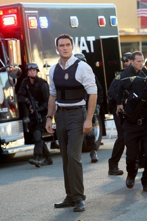 Arbeitet an einem neuen Fall: Wayne (Owain Yeoman) ... - Bildquelle: Warner Bros. Television