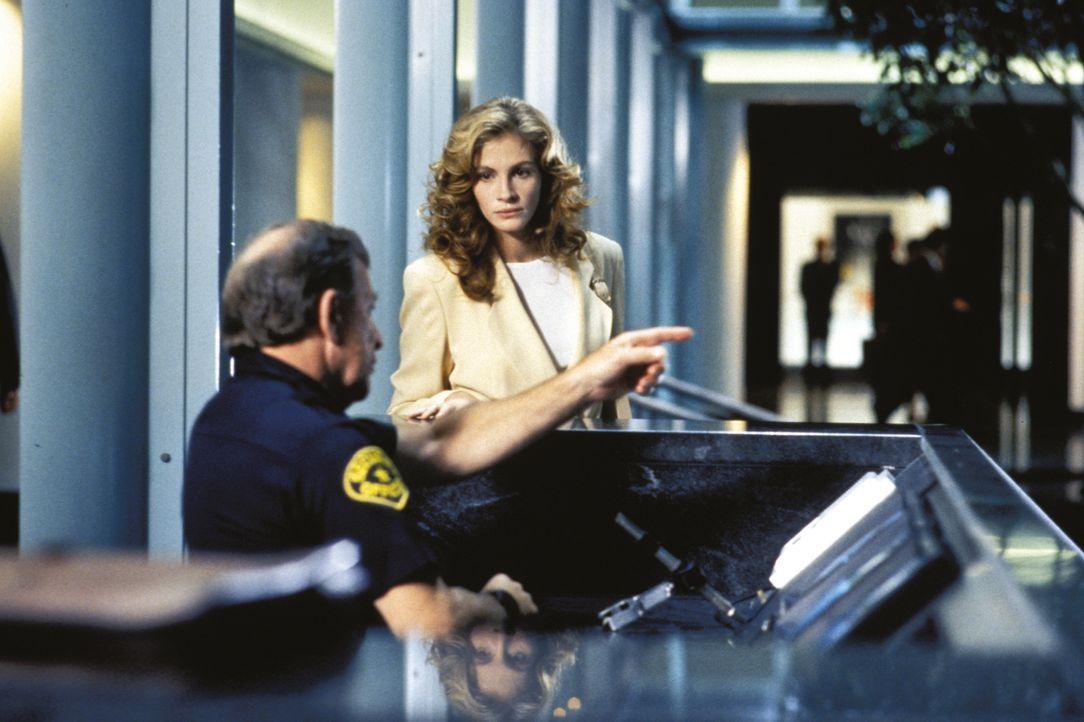 Der eine Aufsatz und die darin genannten Vermutungen beeinflussen schnell Dary Shaws (Julian Roberts, r.) gesamtes Leben ... - Bildquelle: 1993 Warner Brothers