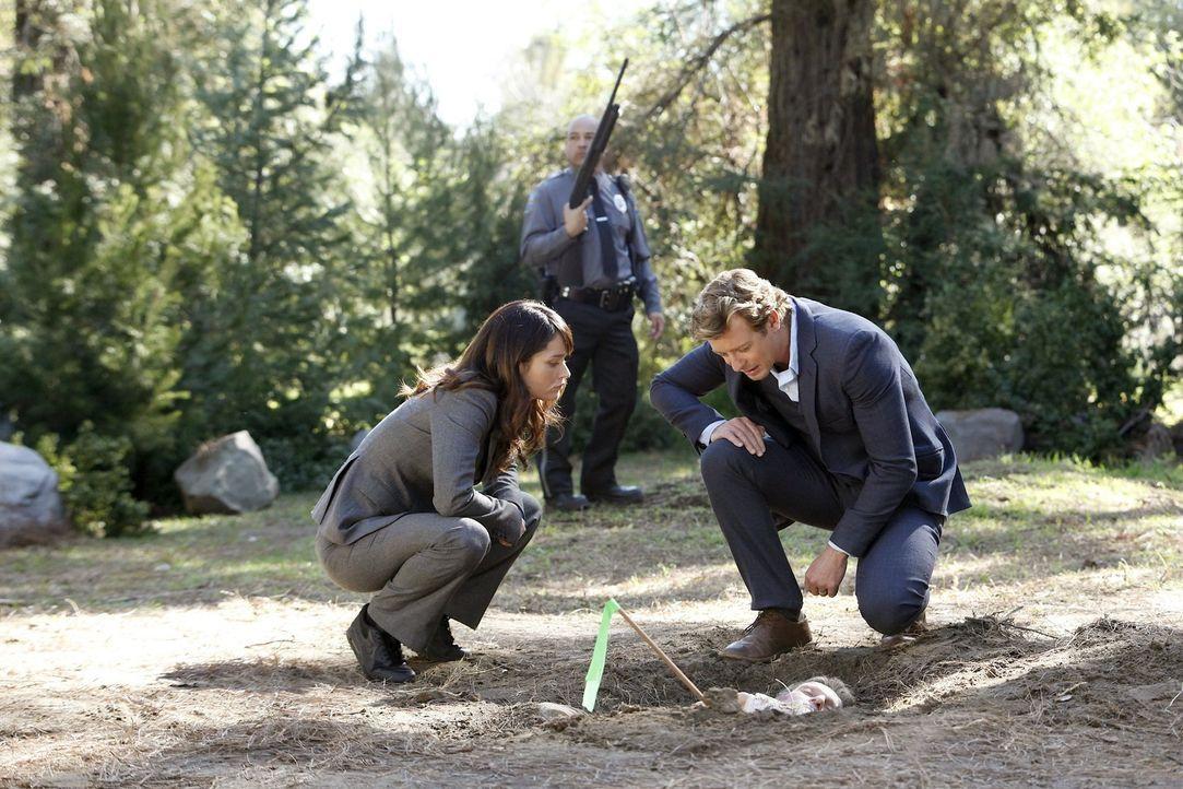 Ermitteln in einem neuen Fall: Teresa (Robin Tunney, l.) und Patrick (Simon Baker, r.) ... - Bildquelle: Warner Bros. Television