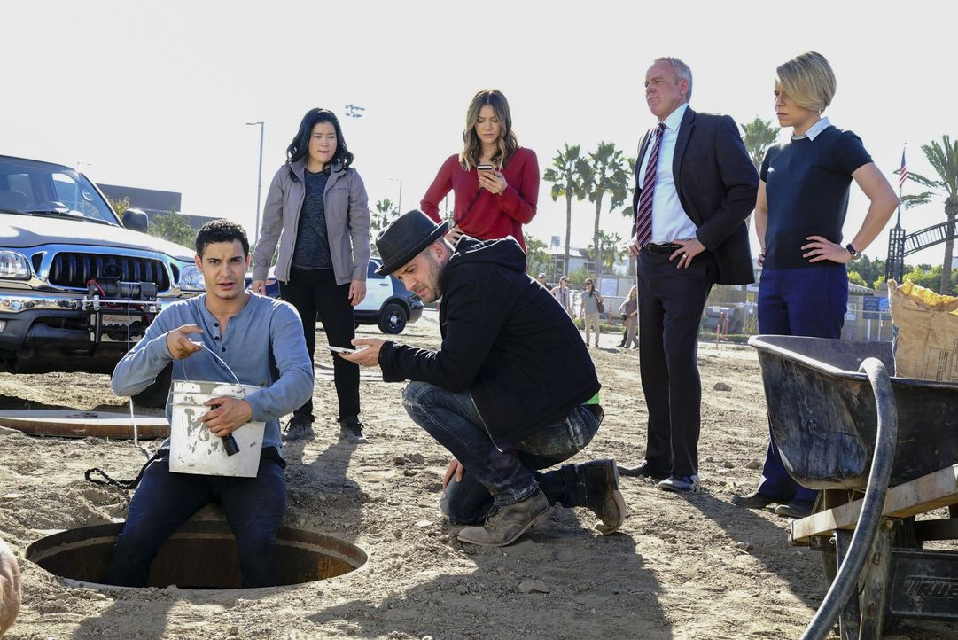Versuchen einen Hund zu retten, der in einer Zisterne feststeckt: (v.l.n.r.) Walter (Elyes Gabel), Happy (Jadyn Wong), Toby (Eddie Kaye Thomas), Pai... - Bildquelle: Bill Inoshita 2017 CBS Broadcasting, Inc. All Rights Reserved