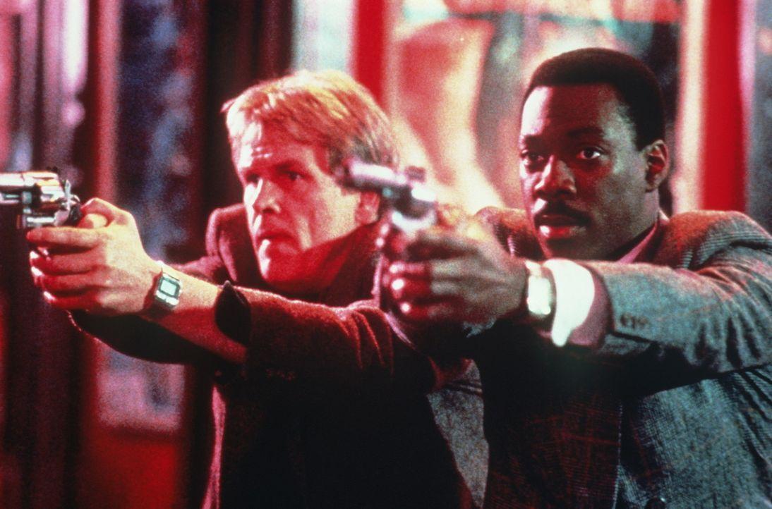 Der heruntergekommene Polizist Jack Cates (Nick Nolte, l.) und der vornehme Knastvogel Reggie (Eddie Murphy, r.) gehen wieder gemeinsam auf Verbrech... - Bildquelle: Paramount Pictures