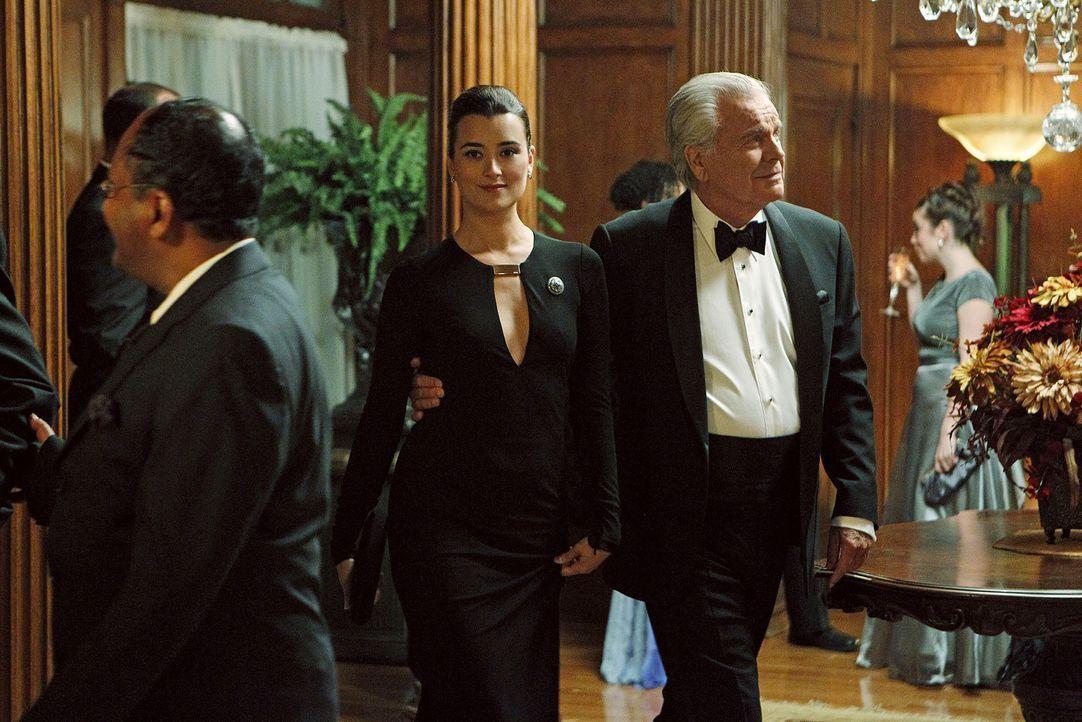 Ziva (Cote de Pablo, M.) geht zusammen mit Tony Sr. (Robert Wagner, r.) undercover auf eine Party um Hinweise für einen Mordfall zu bekommen, doch... - Bildquelle: CBS Television