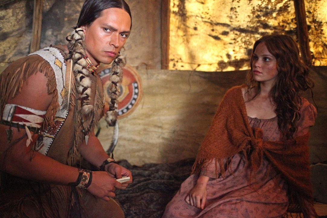 Buffalo Hump (Wesley French, l.) will von Mila (Emilia Schüle, r.) wissen, wie viele Weiße noch in sein Land kommen werden. Sie weiß, es werden u... - Bildquelle: Boris Guderjahn SAT.1