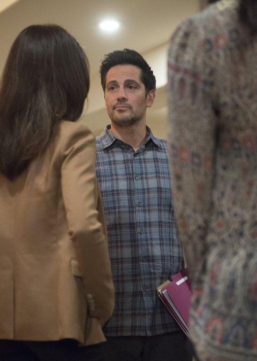 Bei den Ermittlungen finden Beth (Maggie Q, l.) und Jack heraus, dass es sich in ihrem Fall, in dem sie gerade ermitteln, um Gruppenstalking handelt... - Bildquelle: Warner Bros. Entertainment, Inc.
