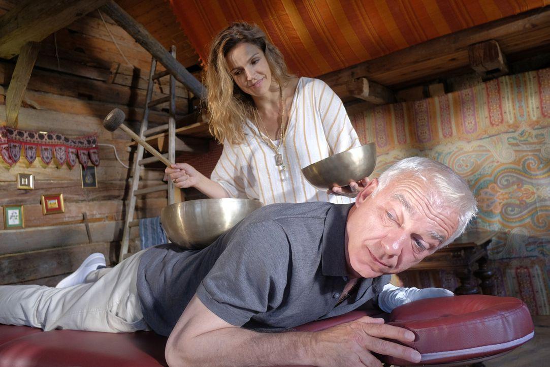 Kann man mit Klangschalen Rückenschmerzen lindern? Während Claudia (Rebecca Immanuel, hinten) auf positive, entspannende Klänge setzt, kann Chirurg... - Bildquelle: Jacqueline Krause-Burberg SAT.1