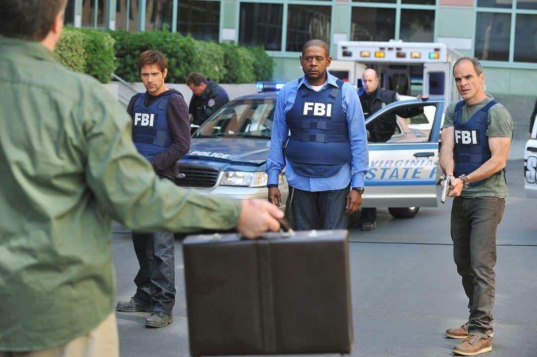 Nach einem Bombenanschlag in einer in einer High School in Fredericksburg, werden Mick (Matt Ryan, 2.v.l.), Sam (Forest Whitaker, 2.v.r.), John (Mic... - Bildquelle: ABC Studios