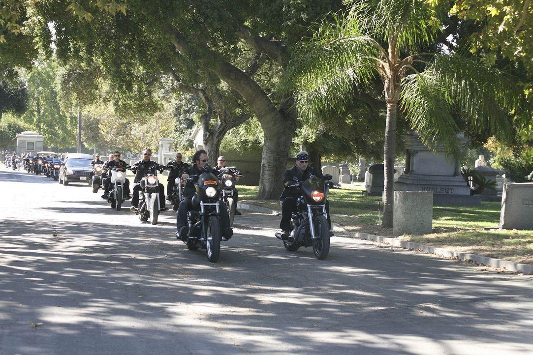 """Standesgemäß kommen die """"Sons of Anarchy"""" zur Beerdigung von Donna ... - Bildquelle: 2008 FX Networks, LLC. All rights reserved."""