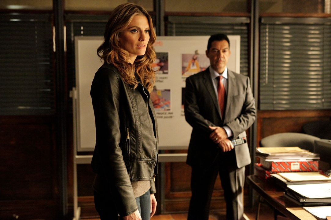 Beckett (Stana Katic, l.) wird von Captain Fowler (Carlos Gomez, r.) in eine Undercover-Mission berufen ... - Bildquelle: 2013 American Broadcasting Companies, Inc. All rights reserved.