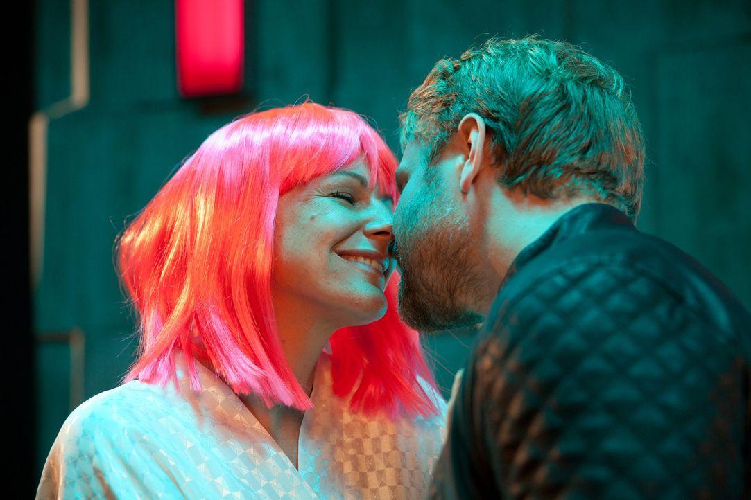 Endlich sind Frank (Janek Rieke, r.) alias Oberon und Claire (Sophie Schütt, l.) alias Titania wieder vereint ... - Bildquelle: Maor Waisburd SAT.1
