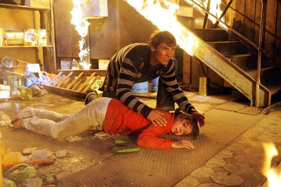 Alexander (Paul Grasshoff, hinten) versucht alles, um Katja (Karolina Lodyga, vorne) das Leben zu retten ... - Bildquelle: SAT.1