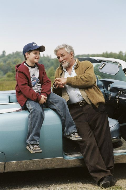 Chris (Josh Hutcherson, l.) hört gerne die Geschichten seines Großvaters (Peter Falk, r.). Ihm ist es egal, ob sie wahr oder erfunden sind. Sein V... - Bildquelle: CBS International Television