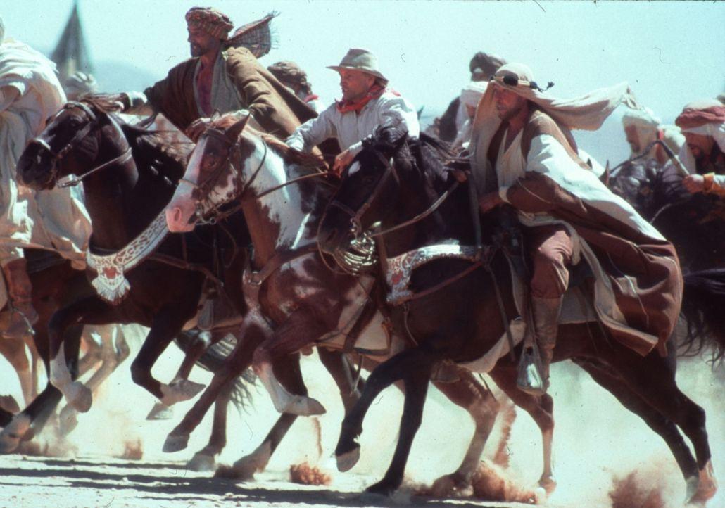 Nicht nur unerträgliche Hitze, mörderische Sandstürme und riesige Heuschreckenschwärme machen Hopkins (Viggo Mortensen, 3.v.r.) das Leben schwer, so... - Bildquelle: Walt Disney Pictures. All rights reserved