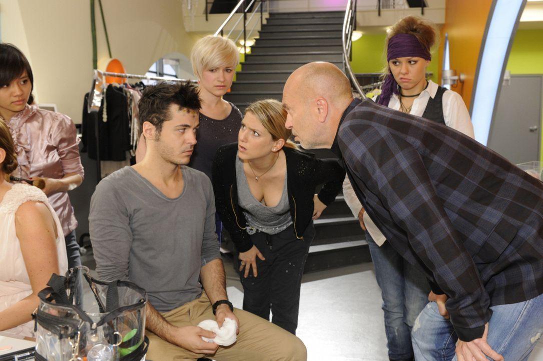 Stehen vor einem Problem: (v.l.n.r.) Maik (Sebastian König), Olivia (Kasia Borek), Anna (Jeanette Biedermann), Bruno (K. Dieter Klebsch) und Paule... - Bildquelle: SAT.1