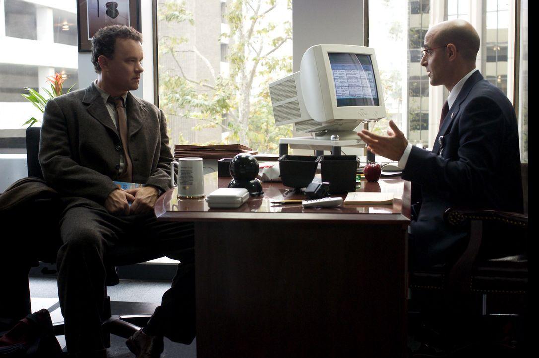 Gerade in dem Moment, indem Viktor Navorski (Tom Hanks, l.), auf dem Flughafen JFK landet, wird seine Heimat durch einen Bürgerkrieg von der Landka... - Bildquelle: Merrick Morton DreamWorks Distribution LLC