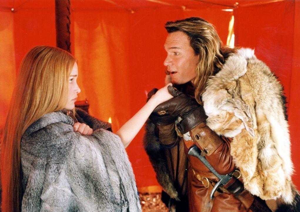 Kann Prinzessin Lunna (Piper Perabo, l.) ihrem Verlobten, dem überkandidelten Adligen Garth (Patrick Swayze, r.) wirklich trauen? - Bildquelle: ApolloMedia