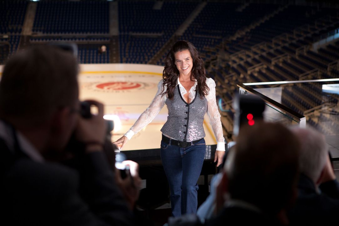 Deutschlands erfolgreichste Eiskunstläuferin, Katarina Witt (Katarina Witt), steht kurz vor der Premiere ihrer Show, als ihr suggeriert wird, erneu... - Bildquelle: Conny Klein SAT. 1