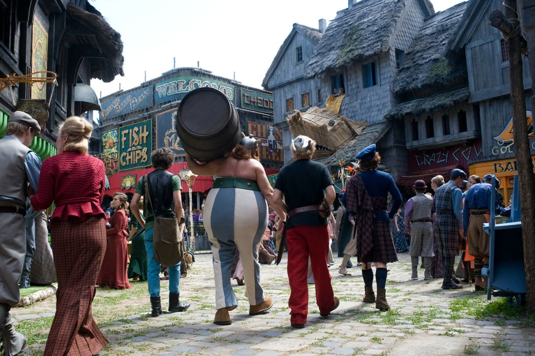 (v.l.n.r.) Grautvornix (Vincent Lacoste); Obelix (Gérard Depardieu); Asterix (Edouard Baer); Teefax (Guillaume Gallienne) - Bildquelle: LEONINE Studios