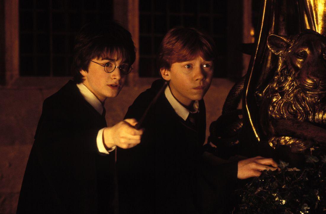 Müssen das Geheimnis der Kammer des Schreckens lösen: Harry Potter (Daniel Radcliffe, l.) und sein bester Freund Ron Weasley (Rupert Grint, r.) ... - Bildquelle: Warner Bros. Pictures