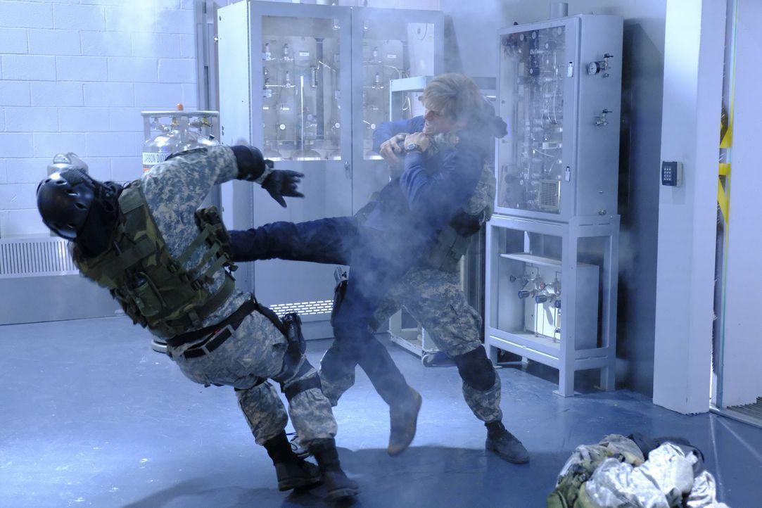 Murdoc verfolgt seine Rachepläne gegen MacGyver (Lucas Till, r.) weiterhin unermüdlich, indem er einen ehemaligen Zellengenossen dazu bringt, die Ph... - Bildquelle: Guy D'Alema 2017 CBS Broadcasting, Inc. All Rights Reserved.