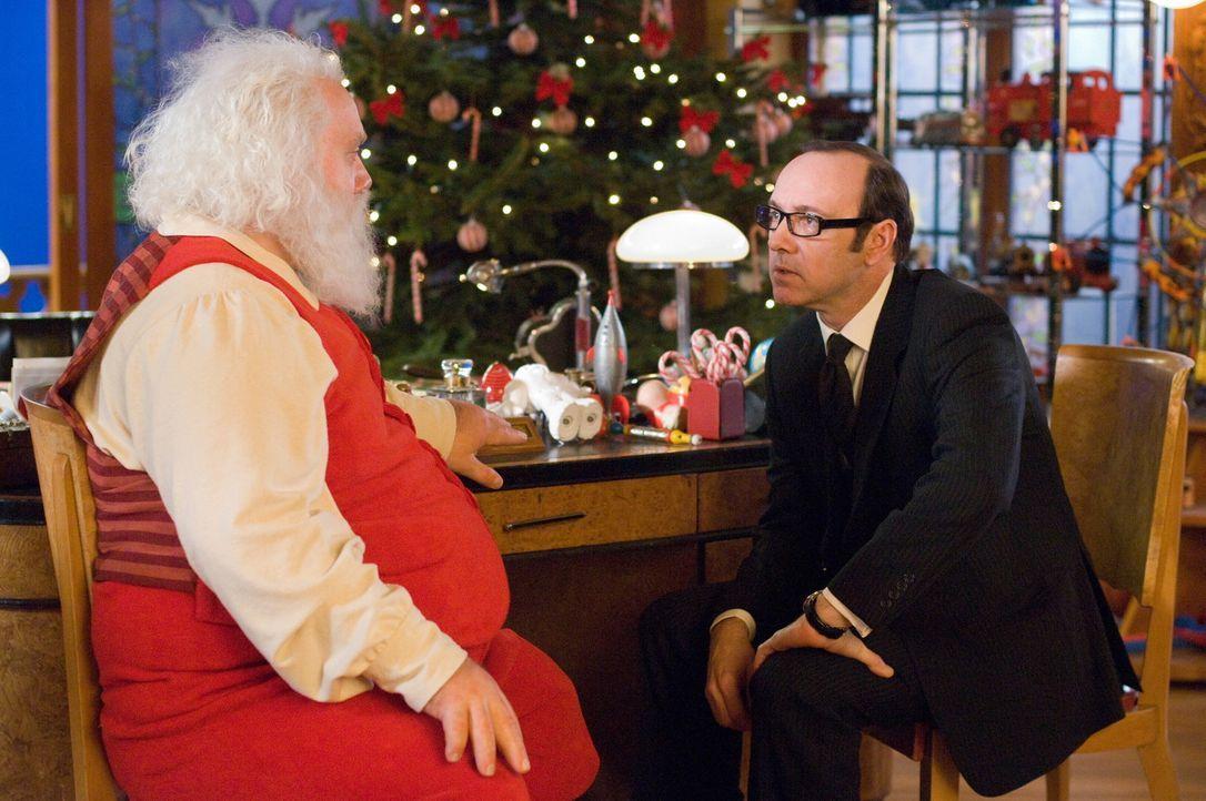 """Der charmant-hinterhältige Rationalisierungsexperte mit Kindheitstrauma, Clyde Northcut (Kevin Spacey, r.), lauert nur darauf, dass Nick """"Santa"""" Cl... - Bildquelle: Warner Brothers"""