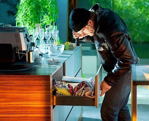 Um Beweismittel sicherzustellen, betätigt sich Mick (Henning Baum) nicht nur als Schatzsucher, sondern auch als Einbrecher. - Bildquelle: Martin Rottenkolber - Sat1