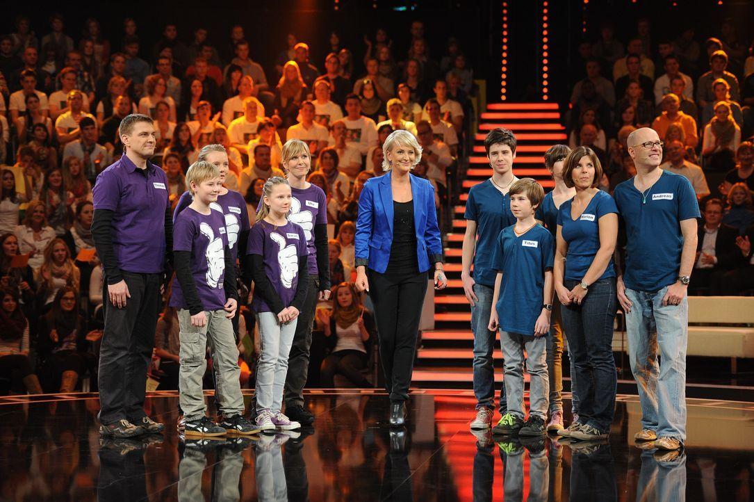 """Die perfekte Minute"": Ulla Kock am Brink (M.) mit ihren Kandidaten Thomas (l.), Ute (5.v.l.), Hannah (3.v.l.), Sarah (4.v.l.) und Noah Urban (2.v.l... - Bildquelle: Willi Weber SAT.1"