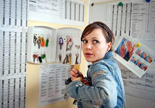 Bea (Nadja Becker) sucht im Altersheim nach Beweisen... - Bildquelle: Frank Dicks - Sat1