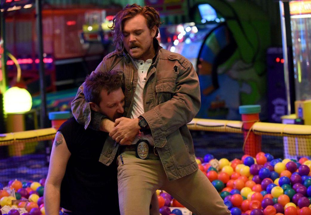 Regeln Riggs (Clayne Crawford, r.) und Jake (Linds Edwards,l.) ihren Clinch im Bällebad? - Bildquelle: Warner Brothers