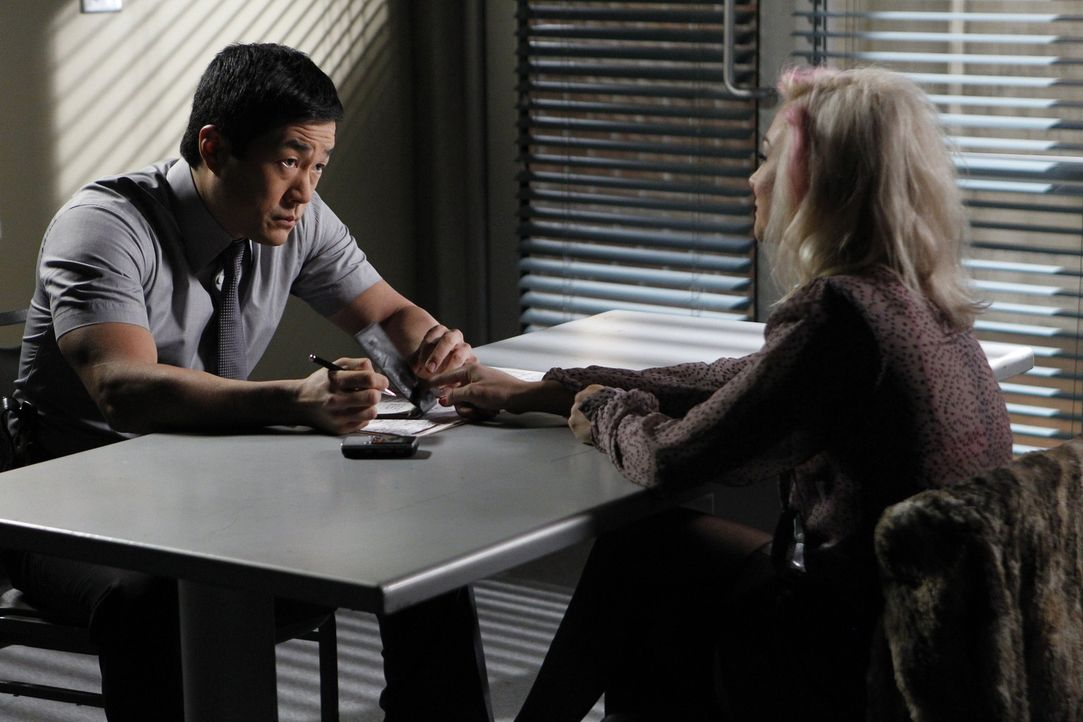 Nachdem eine Undercover Drogenfahnderin ermordet aufgefunden wird, beginnt Kimball (Tim Kang, l.) sofort mit den Ermittlungen. Er stößt dabei auf... - Bildquelle: Warner Bros. Television
