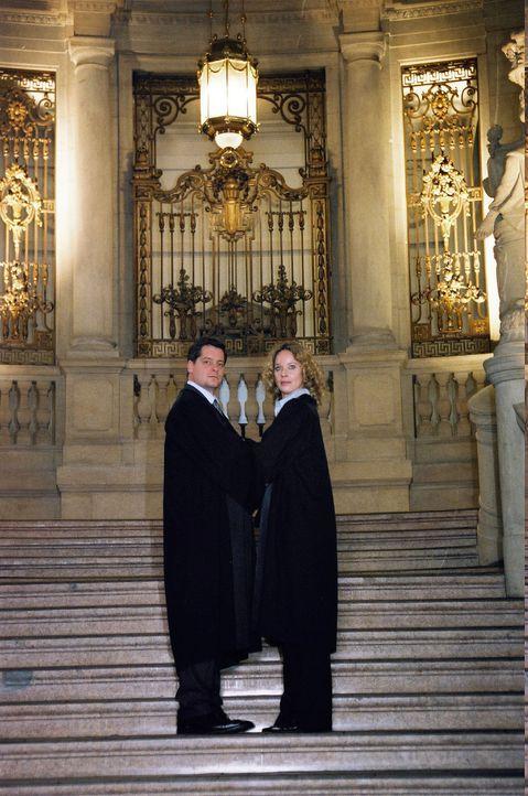 Herbert Windscheid (Fritz Karl, l.) und Sabina Brenner (Ann-Kathrin Kramer, r.) stehen sich in einem spektakulären Gerichtsverfahren gegenüber, der... - Bildquelle: Sat.1